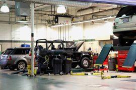 Véhicules tout-terrain Land Rover en réparation dans un garage spécialisé