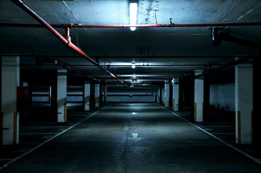 Une parking couvert vide