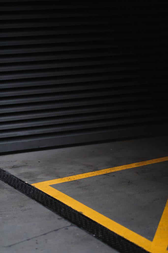 >L'intérieur d'un garage moderne