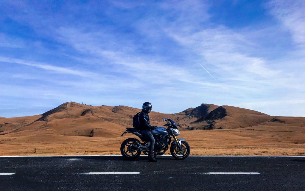 Motard sur une route, au milieu du désert