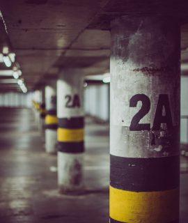 Des places de parking vides